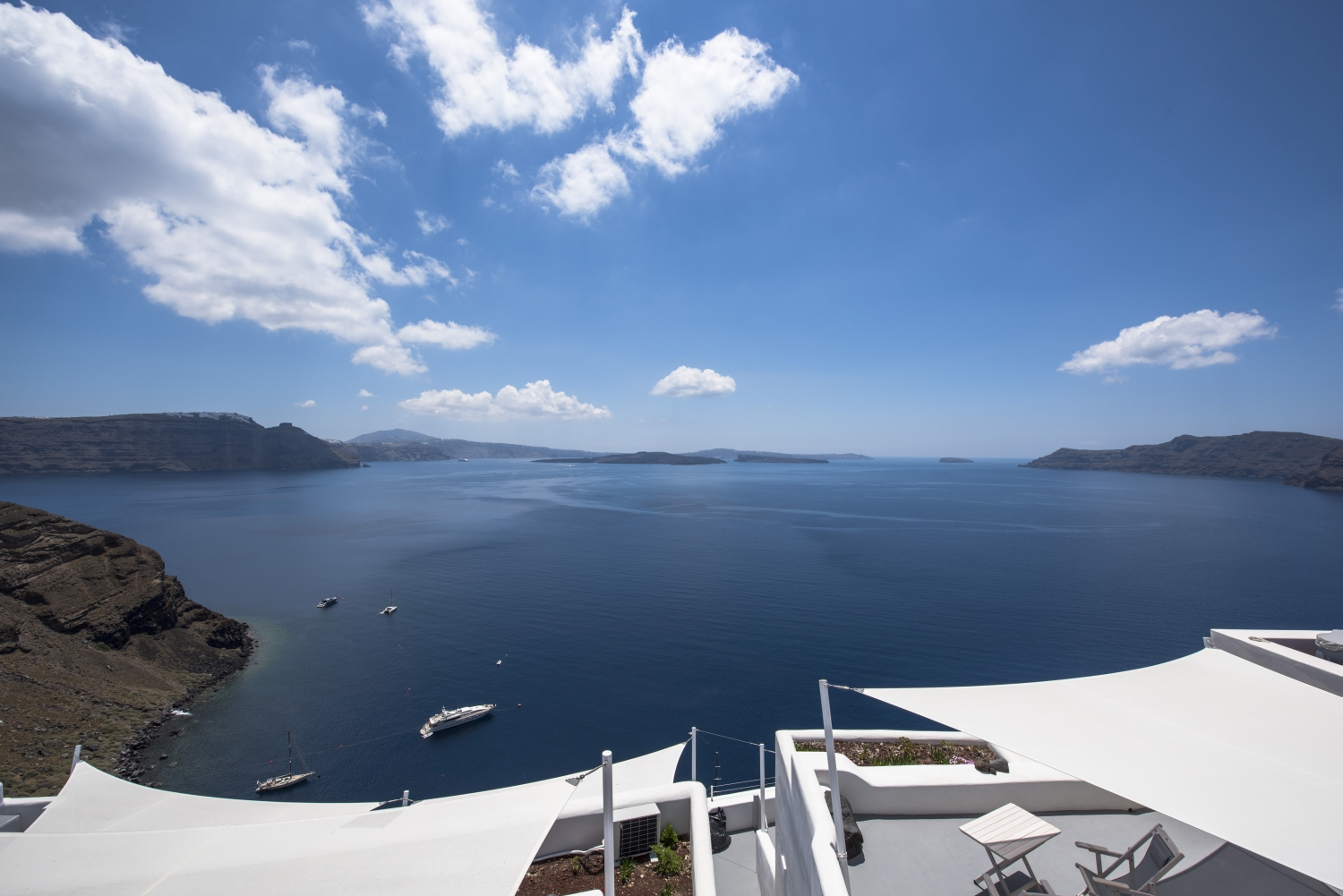 The AMBITION SUITES complex is located in the beautiful Oia