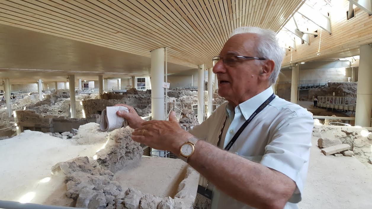 O καθηγητής Χρίστος Ντούμας στον χώρο της ανασκαφής